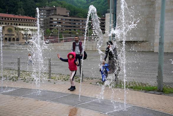 Trẻ con Tây Ban Nha bắt đầu được ra ngoài 'hóng mát' 1 giờ - Ảnh 5.