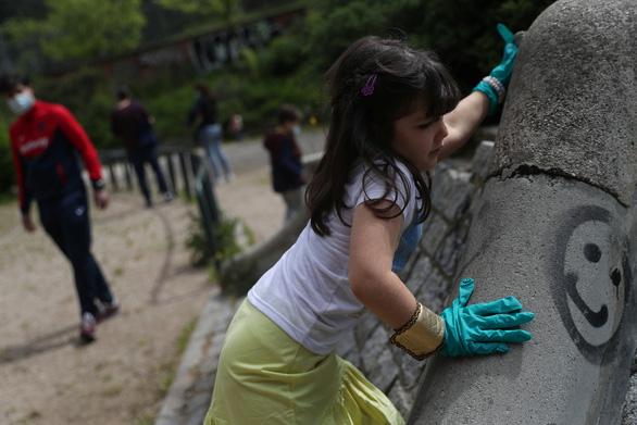 Trẻ con Tây Ban Nha bắt đầu được ra ngoài 'hóng mát' 1 giờ - Ảnh 2.
