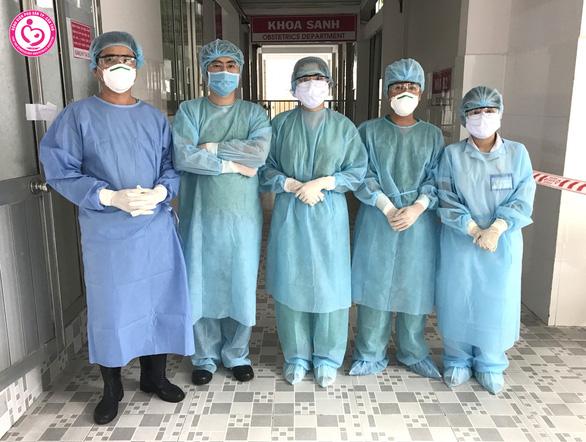 Mổ đón bé trai 3kg cho sản phụ từ Singapore về cách ly tập trung tại Cần Thơ - Ảnh 1.