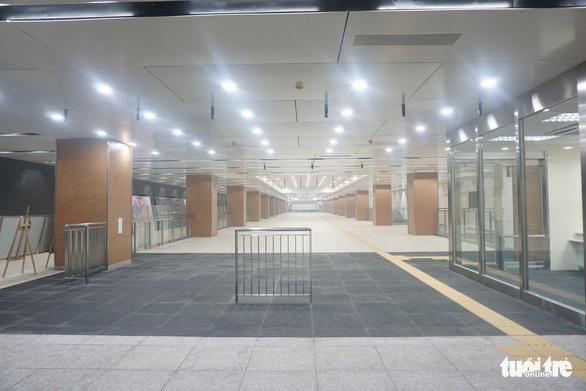 Lãnh đạo UBND TP tham quan ga Nhà hát TP tuyến metro số 1 - Ảnh 4.