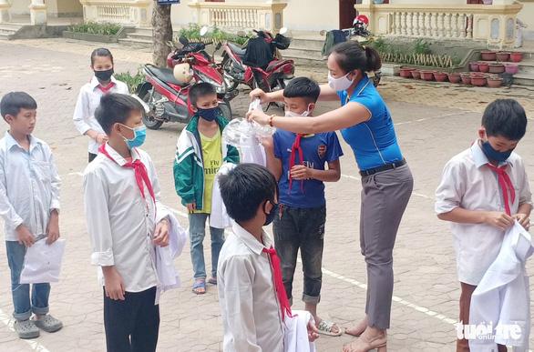 Thầy cô miền núi tặng áo trắng 'kéo' học trò nghèo đến trường mùa dịch - Ảnh 3.