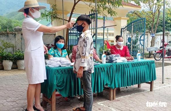 Thầy cô miền núi tặng áo trắng 'kéo' học trò nghèo đến trường mùa dịch - Ảnh 1.