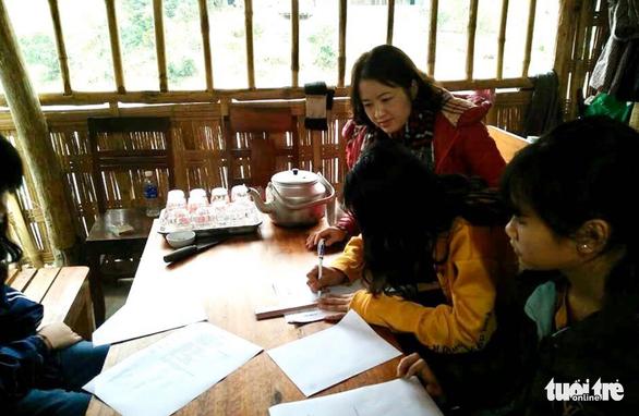 Thầy cô miền núi tặng áo trắng 'kéo' học trò nghèo đến trường mùa dịch - Ảnh 4.