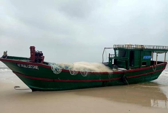 Phát hiện tàu cá có chữ Trung Quốc trôi dạt vào bờ biển - Ảnh 1.