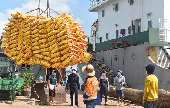 Hơn 38.000 tấn gạo được mở tờ khai hải quan trong 7 giây - Ảnh 1.