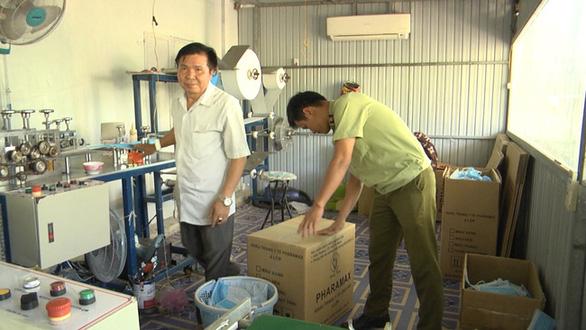 Phạt 35 triệu đồng, buộc tiêu hủy 42.000 khẩu trang một cơ sở sản xuất chui - Ảnh 1.