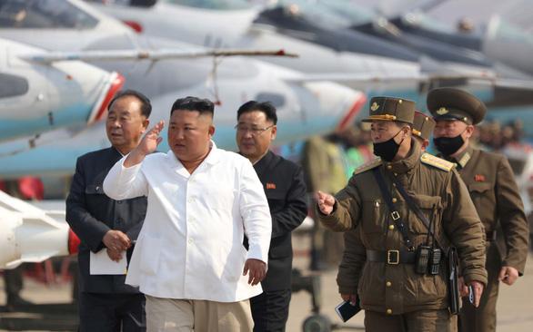 Loạn thuyết âm mưu về sức khỏe ông Kim Jong Un - Ảnh 1.
