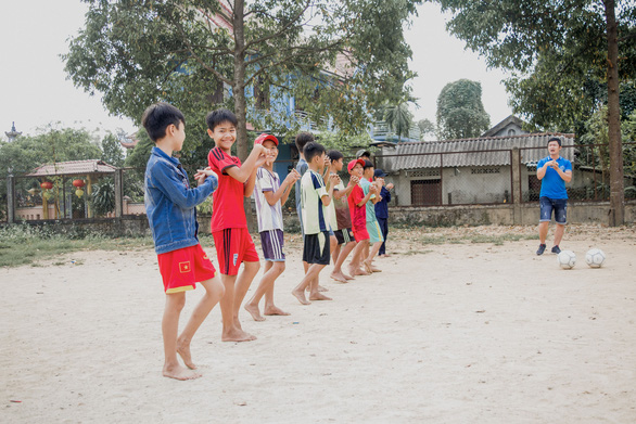 Liên đoàn Bóng đá châu Âu giúp đỡ trẻ em đường phố tại Việt Nam - Ảnh 1.