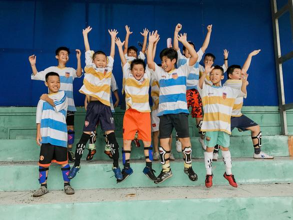 Liên đoàn Bóng đá châu Âu giúp đỡ trẻ em đường phố tại Việt Nam - Ảnh 2.