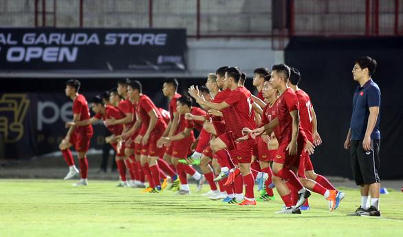 FIFA đề xuất cho thay đến 5 cầu thủ khi đá lại sau dịch COVID-19 - Ảnh 1.