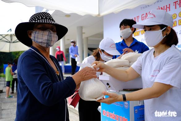 Doanh nhân trẻ Đà Nẵng góp gạo cho cộng đồng, tặng máy thở cho bệnh viện - Ảnh 3.