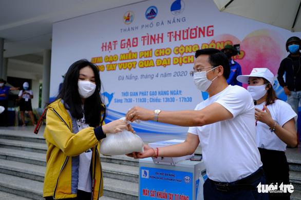 Doanh nhân trẻ Đà Nẵng góp gạo cho cộng đồng, tặng máy thở cho bệnh viện - Ảnh 1.