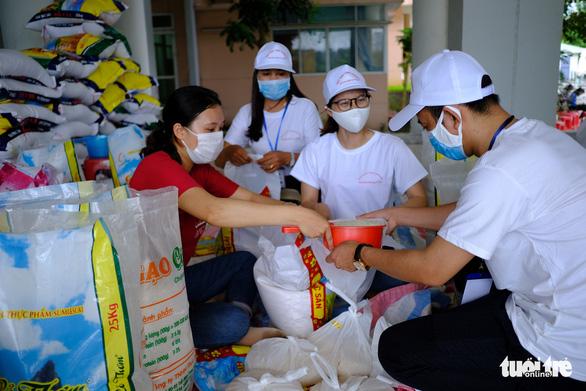 Doanh nhân trẻ Đà Nẵng góp gạo cho cộng đồng, tặng máy thở cho bệnh viện - Ảnh 2.