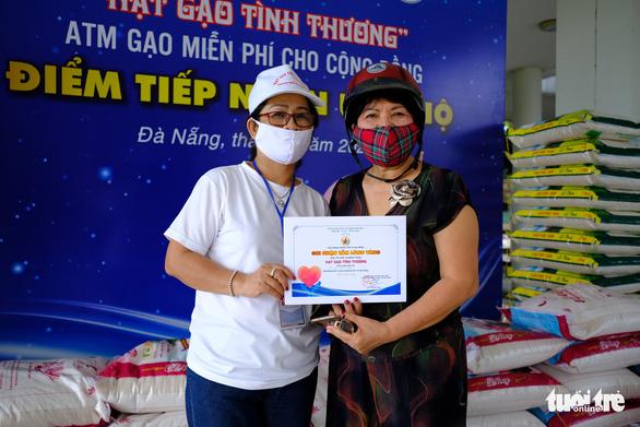 Doanh nhân trẻ Đà Nẵng góp gạo cho cộng đồng, tặng máy thở cho bệnh viện - Ảnh 4.