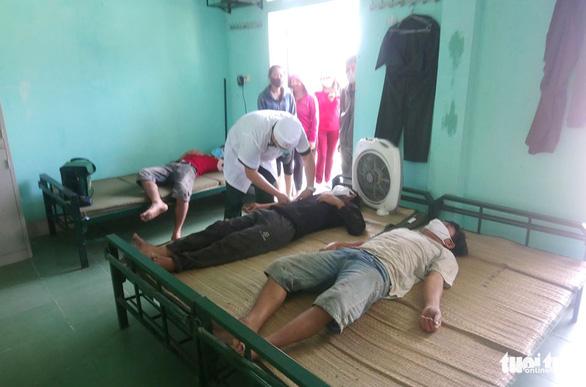 Bốn ngư dân thoát chết trên tàu cá bị đâm chìm lúc rạng sáng - Ảnh 1.