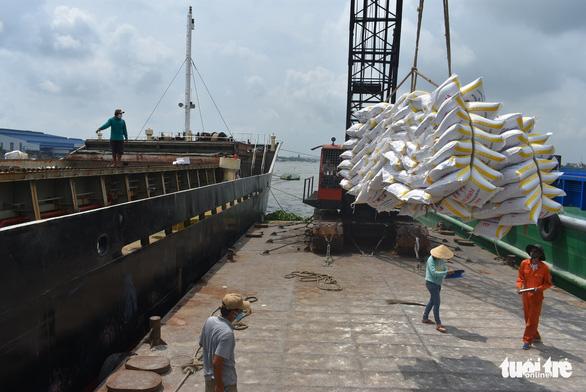 5 tàu sẽ rời cảng Mỹ Thới mang theo hơn 38.000 tấn gạo xuất khẩu - Ảnh 1.