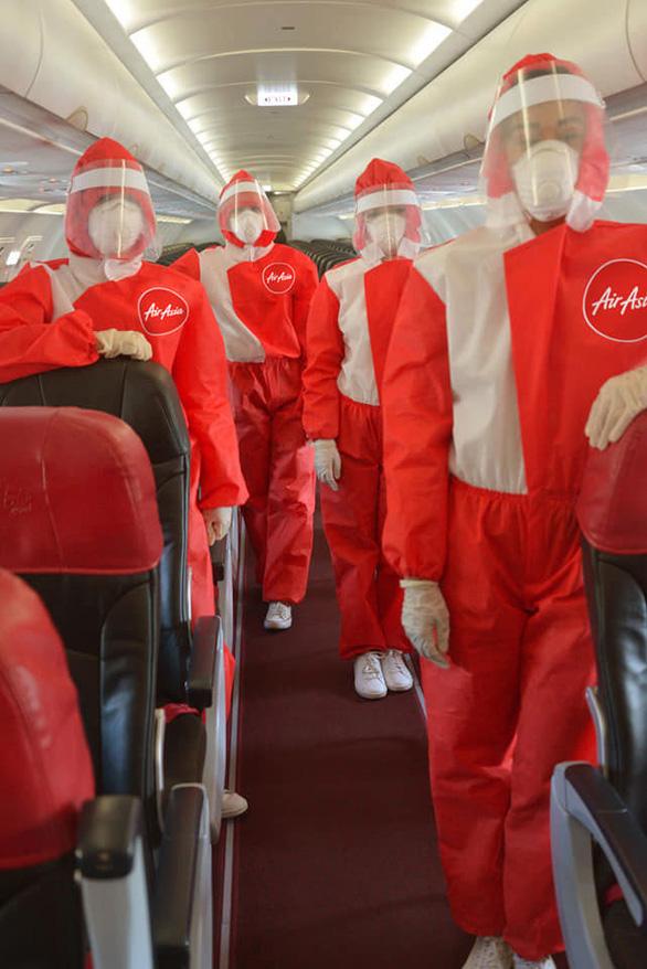 Thời dịch COVID-19, tiếp viên hàng không trông đẹp lạ - Ảnh 1.