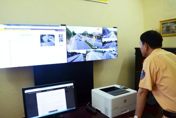 Khuyến khích người dân quay clip người vi phạm giao thông gửi CSGT xử lý - Ảnh 1.