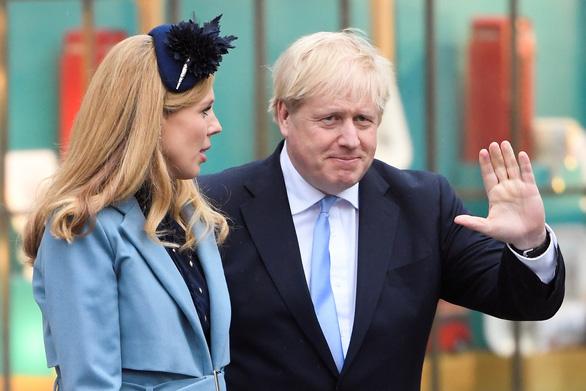 Thủ tướng Anh quay lại làm việc ngay sau khi vị hôn thê sinh con - Ảnh 1.