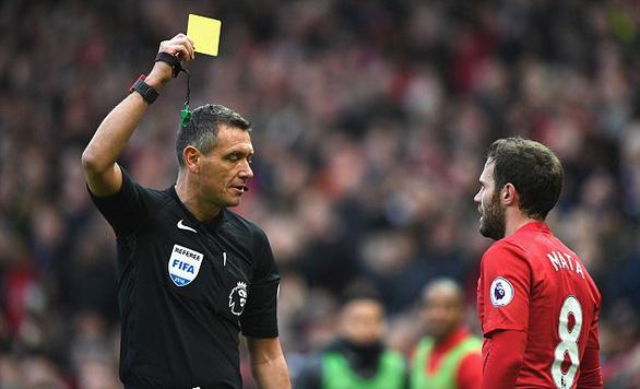 FIFA tính chuyện phạt thẻ cầu thủ khạc nhổ để tránh lây lan COVID-19 - Ảnh 1.