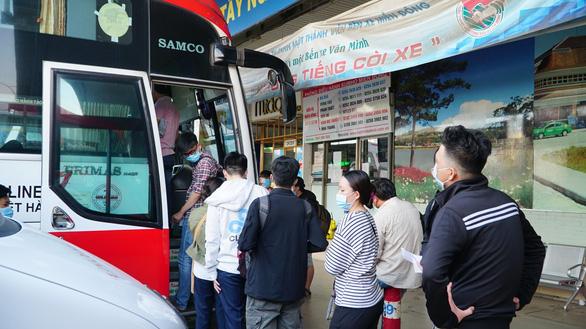 Bến xe tại TP.HCM nhộn nhịp trở lại, khách chen nhau mua vé dịp lễ 30-4 - Ảnh 5.