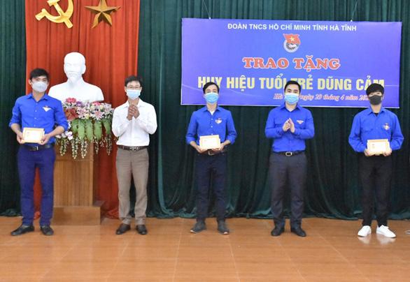 Trao tặng huy hiệu Tuổi trẻ dũng cảm cho 3 thanh niên cứu người - Ảnh 1.