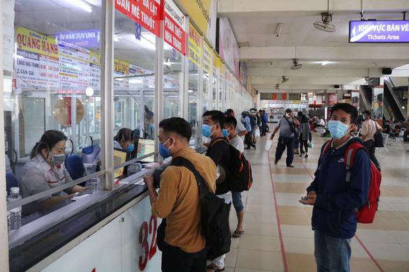 Bến xe tại TP.HCM nhộn nhịp trở lại, khách chen nhau mua vé dịp lễ 30-4 - Ảnh 1.