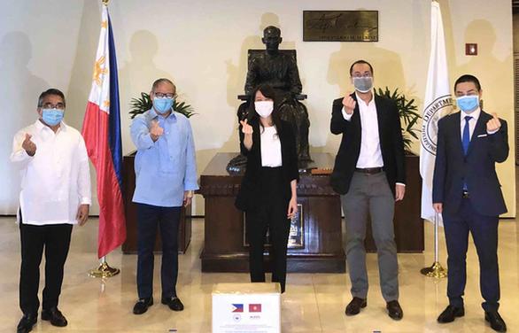 Ông Johnathan Hạnh Nguyễn tặng 750.000 khẩu trang cho Philippines - Ảnh 1.