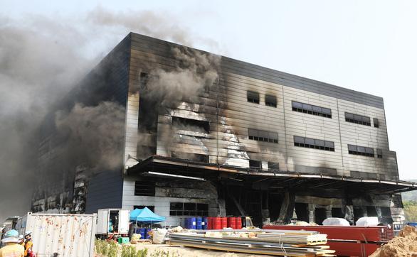 Cháy nhà kho đang xây dựng, ít nhất 38 người thiệt mạng - Ảnh 1.