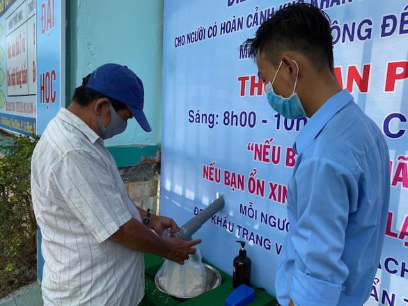 Thầy trò góp tiền mở ATM gạo tại cổng trường giúp người khó khăn - Ảnh 1.