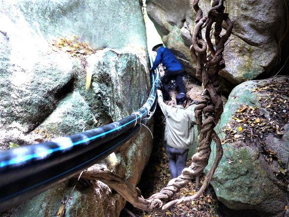 Tình cờ phát hiện nhiều hài cốt liệt sĩ trong hang sâu tại núi Đồng Bò - Ảnh 1.