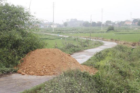 Một số nơi đắp đất chặn đường, lãnh đạo Quảng Ninh yêu cầu chấm dứt - Ảnh 1.