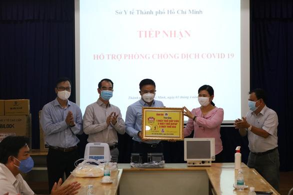 Cùng Tuổi Trẻ chống dịch COVID-19: Tặng thêm 7 máy thở cho các bệnh viện - Ảnh 3.