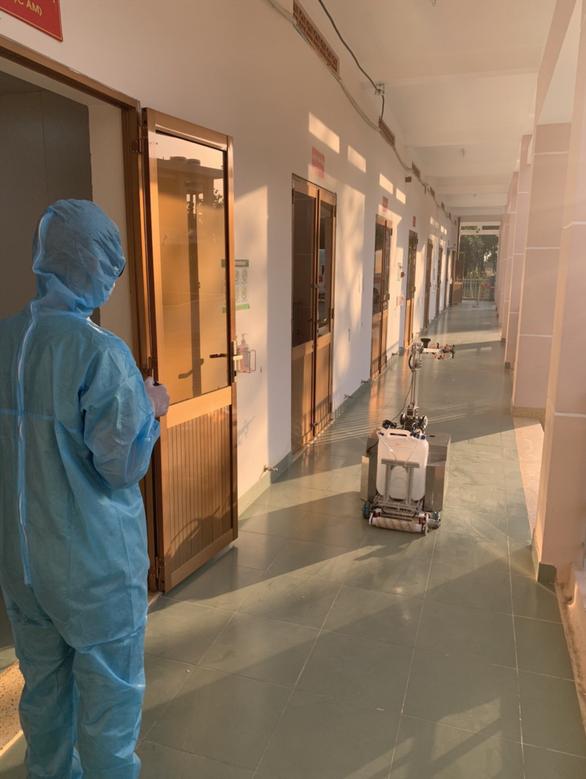 Chiều 3-4, robot bắt đầu khử khuẩn và lau sàn tại khu cách ly dã chiến Củ Chi - Ảnh 4.