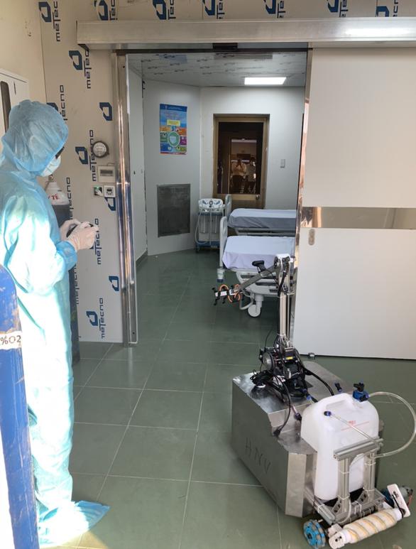 Chiều 3-4, robot bắt đầu khử khuẩn và lau sàn tại khu cách ly dã chiến Củ Chi - Ảnh 5.