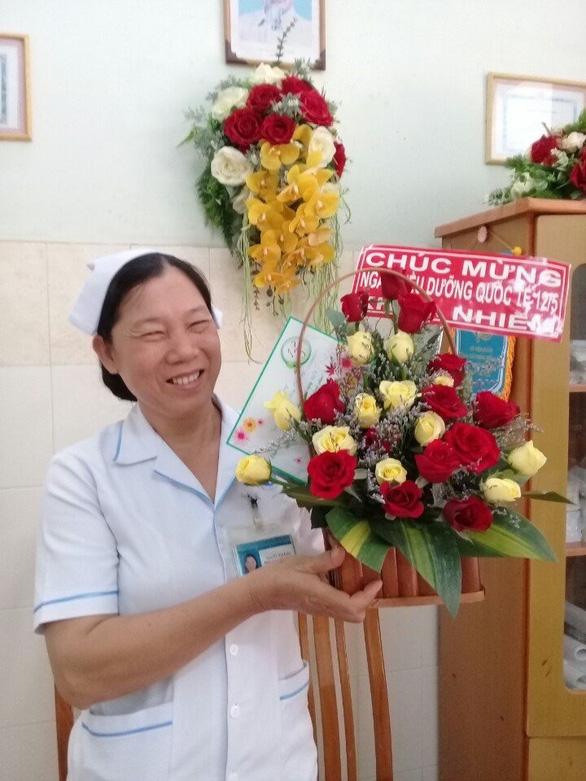 Mẹ mất, nữ điều dưỡng đau đớn nhưng chọn ở lại bệnh viện chống dịch - Ảnh 2.