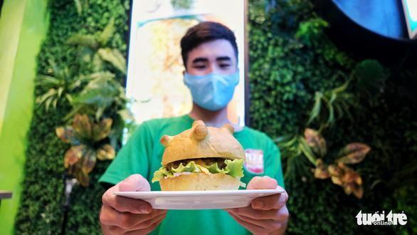 Làm bánh burger hình virus corona để ăn cả nỗi sợ - Ảnh 4.