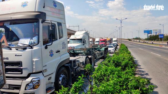 Dân khổ sở vì đường vào cảng Cát Lái kẹt cứng - Ảnh 2.