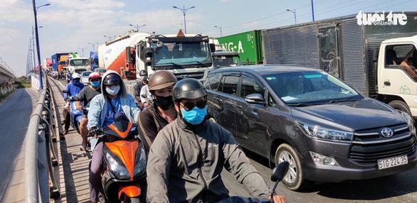Dân khổ sở vì đường vào cảng Cát Lái kẹt cứng - Ảnh 3.