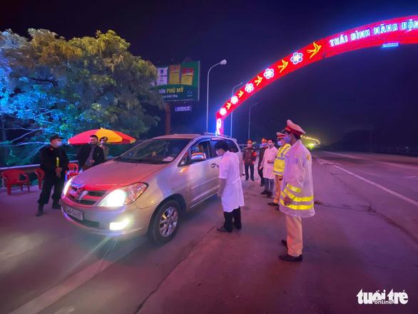 Một số nơi đắp đất chặn đường, lãnh đạo Quảng Ninh yêu cầu chấm dứt - Ảnh 2.