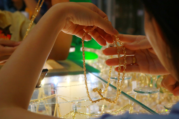 Giá vàng SJC tăng 150.000 đồng/lượng, giá USD giảm sâu - Ảnh 1.
