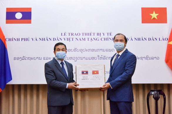 Việt Nam trao thiết bị y tế trên 7 tỉ đồng giúp Lào, Campuchia chống COVID-19 - Ảnh 1.