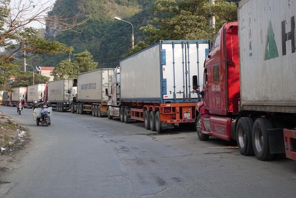 Hàng xuất khẩu lại ùn tắc tại cửa khẩu Lạng Sơn - Ảnh 1.