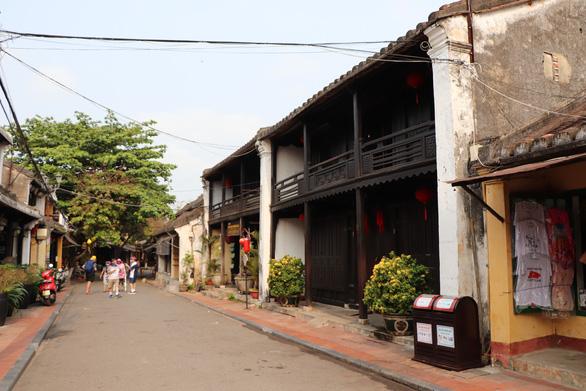 Mỹ Sơn, Hội An vắng hoe, một số khách chụp ảnh rồi về - Ảnh 3.