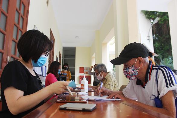 Người dân Hà Nội nhận tiền hỗ trợ ngay ngày lễ - Ảnh 2.