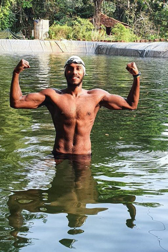 Bơi chung với... rùa để hướng đến Olympic - Ảnh 1.