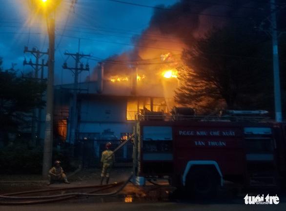 Cháy lớn trong Khu chế xuất Tân Thuận, nhiều lính cứu hỏa bị thương - Ảnh 3.