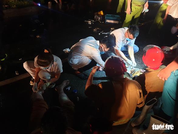 Cháy lớn trong Khu chế xuất Tân Thuận, nhiều lính cứu hỏa bị thương - Ảnh 4.