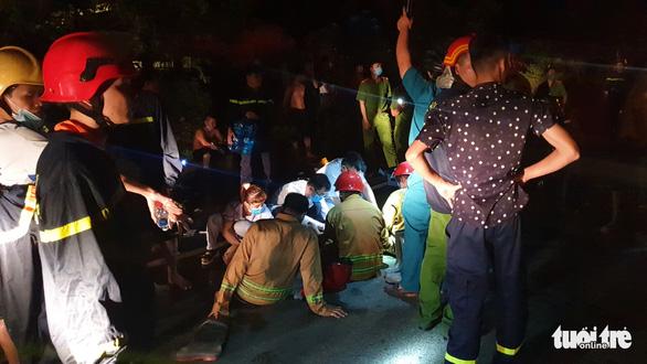 Cháy lớn trong Khu chế xuất Tân Thuận, nhiều lính cứu hỏa bị thương - Ảnh 2.