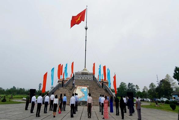 Thượng cờ thống nhất non sông đôi bờ Hiền Lương phù hợp phòng chống dịch - Ảnh 1.